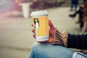 Coffe sleeves_grabbing